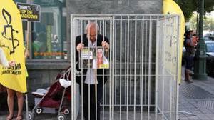 El director de AI en belgica, Philippe Hensmans, protestando por la detención de Idil Eser