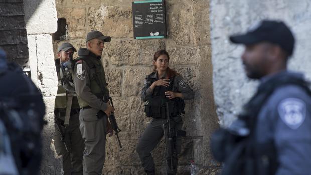 la policía israelí hace guardia en la Puerta de los Leones de la Ciudad Vieja de Jerusalén, cerca de Explanada de las Mezquitas