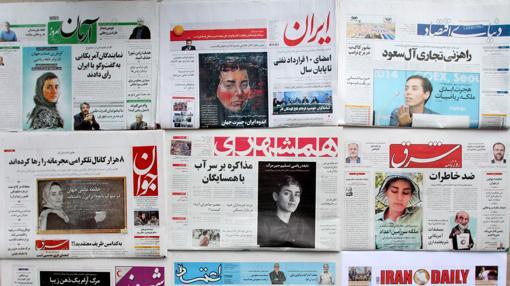 Periódicos con la foto de la matemática Maryam Mirzajani sin velo y con velo
