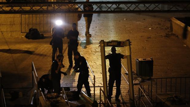 Fuerzas de seguridad israelíes retirando los detectores de metales