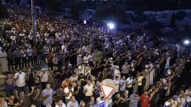 Palestinos protestan frente a la mezquita de Al-Aqsa en Jerusalén