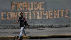 Un mensaje que dice Fraude Constituyente escrito con billetes, este sábado en Caracas
