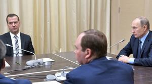 El presidente ruso Vladímir Putin (d) y el primer ministro de Rusia, Dmitry Medvedev (i) asisten a un reunión con los miembros del gobierno en Novo Ogaryovo, en las afueras de Moscú