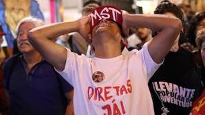 Un manifestante reacciona a las votaciones del congreso que buscaban denunciar a Temer por corrupción