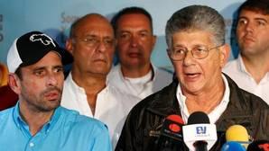 El secretario de Acción Democrática, Herny Ramos Allup, junto al gobernador de Miranda, Hernique Capriles