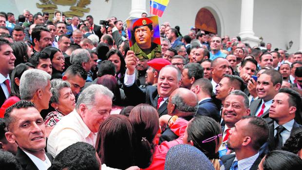 Diosdado Cabello, miembro de la Asamblea Nacional Constituyente, en el centro, sostiene un cuadro del fallecido presidente de Venezuela, Hugo Chávez