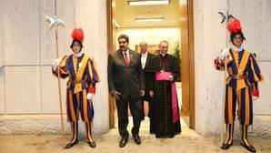 El presidente de Venezuela, Nicolás Maduro, era recibido por el presbíterio italiano Guido Marini, maestro de la Oficina de las Celebraciones Litúrgicas del Sumo Pontífice el 24 de octubre de 2016