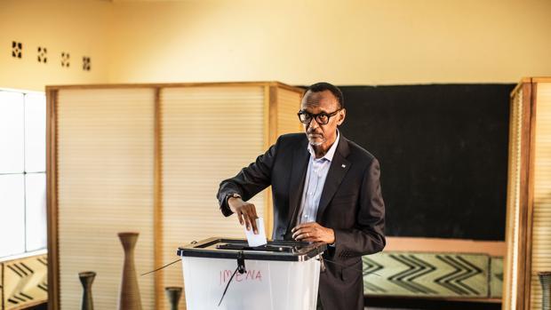 El candidato, Paul Kagame, depositando su voto