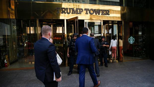 Agentes del Servicio Secreto de Estados Unidos entran en Trump Tower
