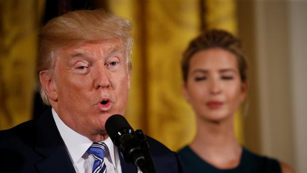 Donald Trump, flanqueado por su asesora e hija Ivanka Trump