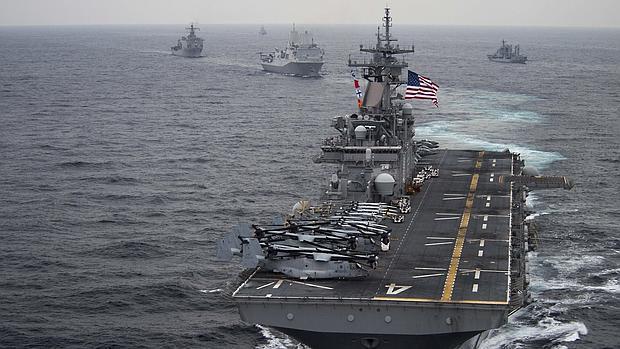 Fotografía cedida por la Marina estadounidense de la embarcación de asalto anfibia USS Boxer
