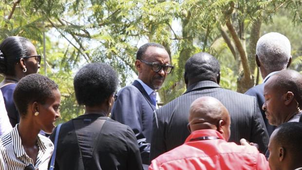 El presidente de Ruanda, Paul Kagame depués de votar para las elecciones generales, en un centro electoral en Kigali (Ruanda)