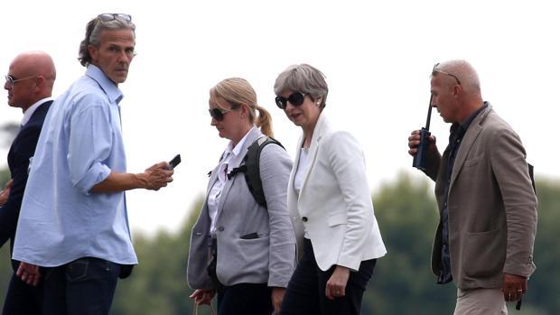 La primera ministra británica, Theresa May (2-d), a su llegada a Sirmione, en el Lago de Garda, Italia