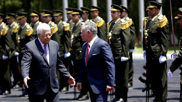 El presidente Abás (izquierda) recibe al Rey Abdalá ayer en Ramala