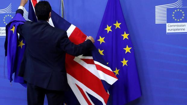 Una bandera del Reino Unido y otra de la Unión Europea en la Comisión Europea