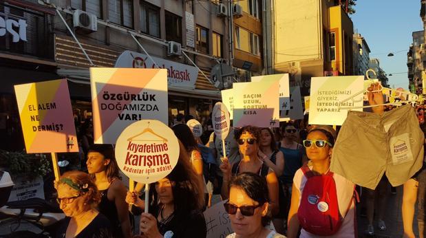 Manifestación de mujeres en el barrio de Kadikoy, en Estambul