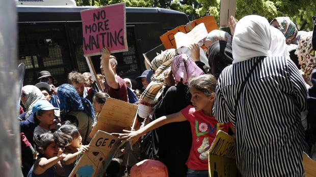 Un grupo de refugiados protesta para reclamar reunidicaciones familiares entre Alemania y Grecia