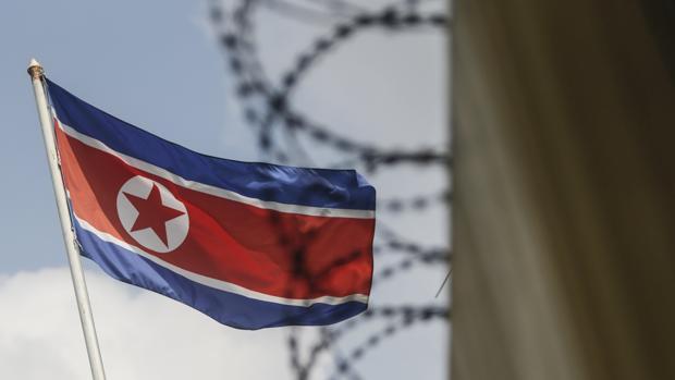 Una bandera de Corea del Norte ondea frente a la frontera con Corea del Sur