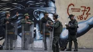 Integrantes de la Guardia Nacional Boliviariana (GNB) vigilaban el pasado sábado afuera del edificio principal del Ministerio Público