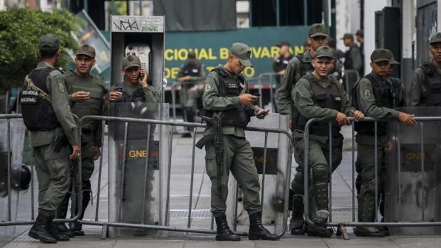 La oposición venezolana denuncia que los militares le han impedido el paso al Palacio Federal Legislativo