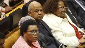 El exministro de Finanzas Pravin Gordhan (c) asiste a la moción de censura contra el presidente Jacob Zuma
