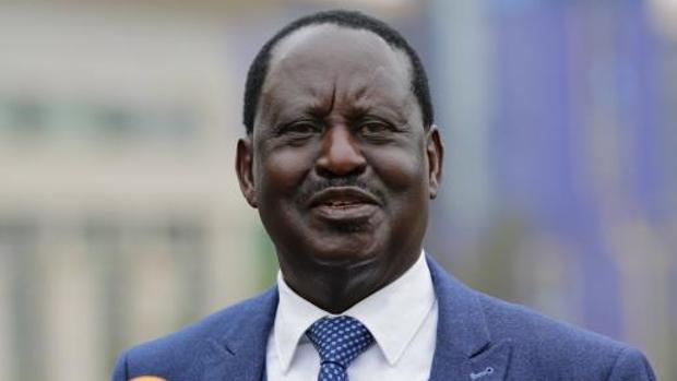 El opositor Raila Odinga, líder de la reciente Súper Alianza Nacional (NASA por sus siglas en inglés), comparece ante los medios después de reunirse este lunes con varios observadores de la Unión Europea en Nairobi (Kenia)