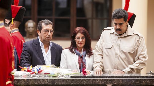 Adan Chavez, hermano del expresidente Hugo Chavez, junto a Nicolás Maduro y la primera dama, Cilia Flores