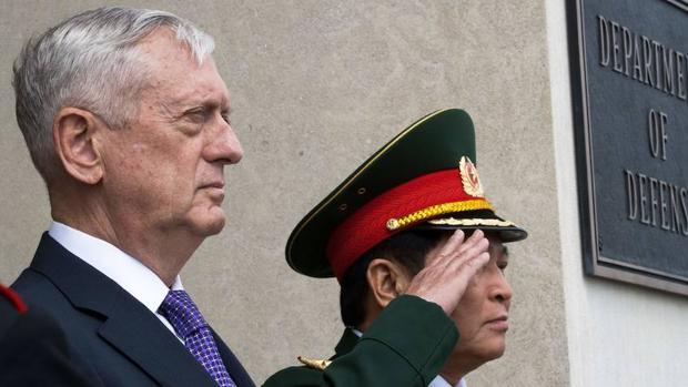 Jim Mattis con el Ministro de Defensa de Vietnam, Ngo Xuan Lich