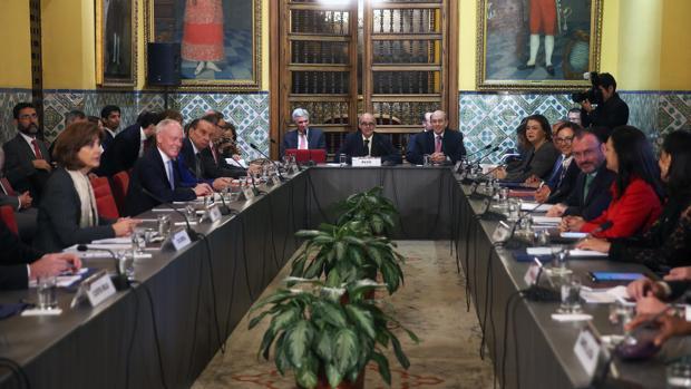 El canciller de Perú, Ricardo Luna (c, fondo), preside la mesa de reunión de cancilleres y ministros de Relaciones Exteriores de América y el Caribe