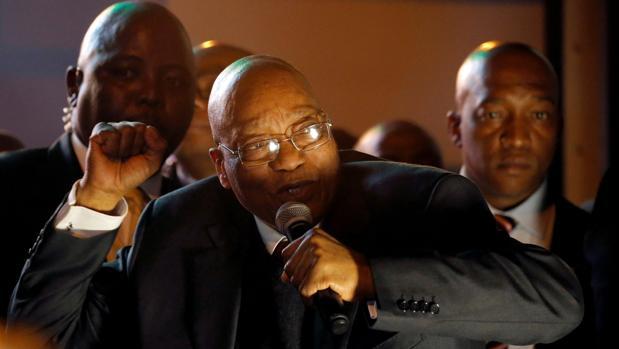 El presidente sudafricano, Jacob Zuma, celebra su supervivencia a la séptima moción de confianza en ocho años