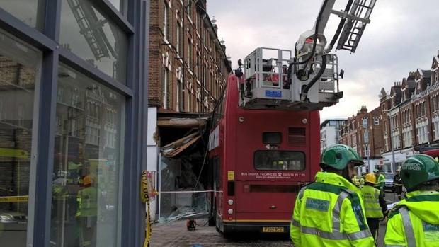 Rescatadas las dos personas atrapadas en un autobús de dos plantas que se ha estrellado en Londres
