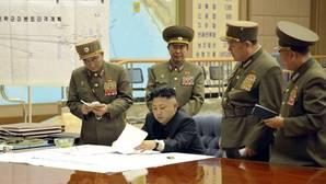 Kim Jong-un mientras mantiene un gabinete de crisis con varios oficiales norcoreanos