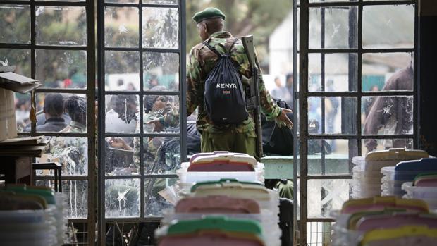 Un soldado keniata vigila las urnas durante las elcciones del pasado domingo