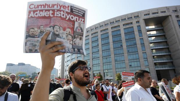 Manifestación en Turquía el pasado mes de julio contra el juicio a los periodistas del diario Cumhuriyet