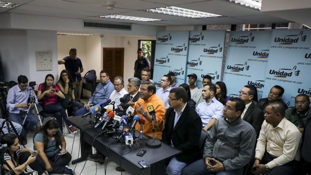 El dirigente opositor Andrés Velásquez (c) habla durante una rueda de prensa