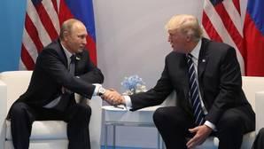 Foto de archivo de Putin (izq), mientras mantiene una reunión con su homólogo estadounidense, Trump