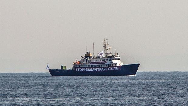 El 'C-Star' con la pancarta «Stop al tráfico de personas»