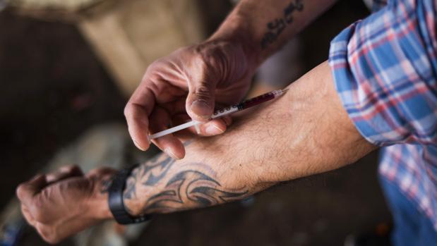 Imagen de archivo que muestra a un hombre inyectándose heroína en el barrio de Kensington, en Philadelphia