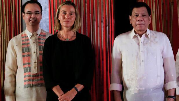Federica Mogherini (centro) junto al presidente de Filipinas (dcha) durante la reunión de ministros de exteriores de la Asean