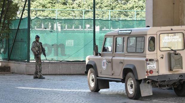 Un soldado francés, parte de la Operación Sentinelle, patrulla cerca del sitio donde un coche se estrelló contra soldados en patrulla en Levallois-Perret