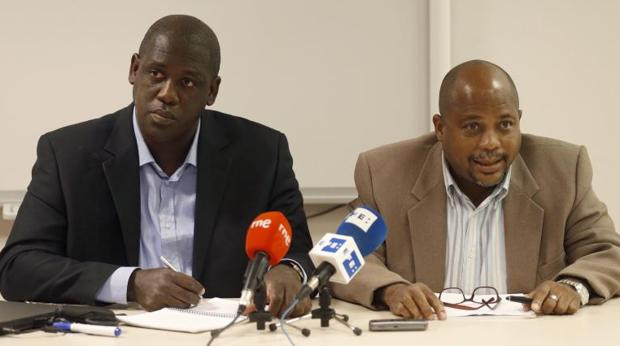 Los disidentes cubanos Juan Antonio Madrazo (i) y Fernando Palacios, durante la rueda de prensa que han ofrecido este viernes en Madrid