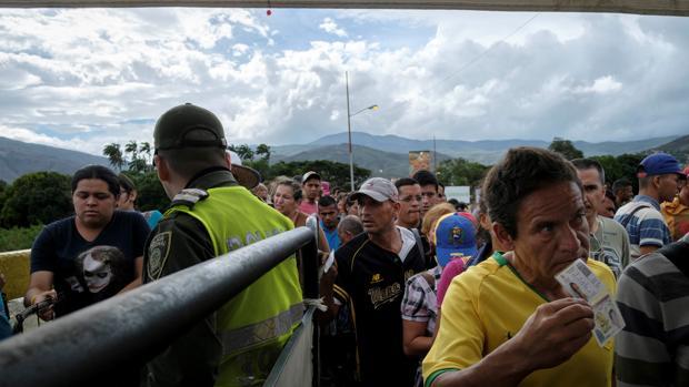 Miles de Venezolanos cruzan la frontera entre Venezuela y Colombia por el puente internacional Simón Bolivar con destino a Cúcuta, Colombia. Los venezolanos huyen de las miserias que vive hoy Venezuela por culpa de la dictura de Nicolas Maduro