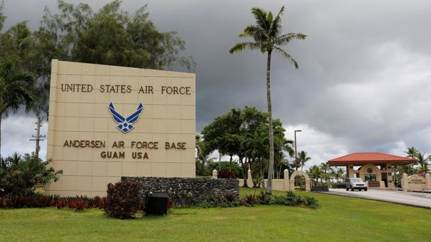 Vista de la entrada de la base del ejercito del aire de EE.UU. en Guam