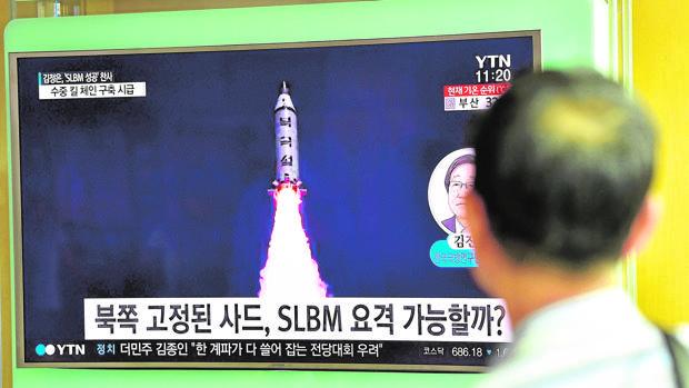 Un hombre contempla un reportaje sobre Corea del Norte en una televisión en Seúl