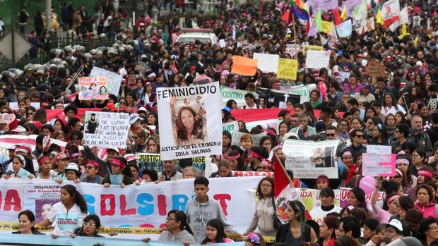 Simpatizantes de diversos colectivos sociales y de derechos de la mujer participan en la denominada marcha «Ni una menos»