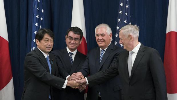 El secretario de Estado de EE.UU., Rex Tillerson (centro de la imagen), junto al ministro japonés de Relaciones Exteriores japonés (segunda izquierda), el secretario de Defensa, James Mattis (derecha) y el ministro de Defensa japonés, Itsunori Onodera (izquierda)