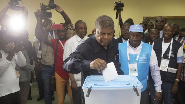 Joao Lourenço, quien se espera que sustituya a Dos Santos, depositanto su voto