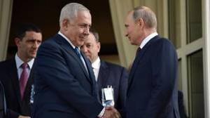 El primer ministro de Israel, Benjamin Netanyahu saluda al presidente de Rusia, Vladimir Putin