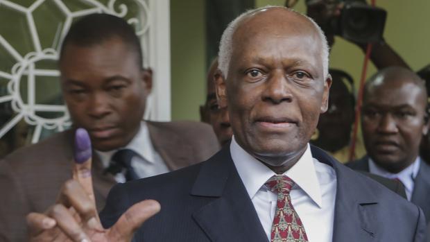 El, ya expresidente José Eduardo dos Santos, tras votar el miércoles en Luanda