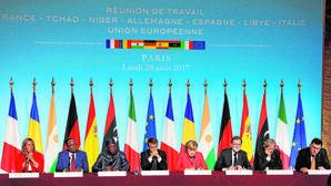 Los jefes de Estado y de Gobierno de los países en al cumbre de inmigración de París, junto a Mogherini